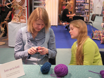 Mother_daughter_knitting_1_web