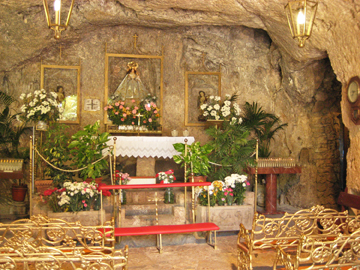 Inside_of_cave_church_web