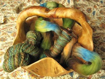 Yarn_spindal_in_bowl_web